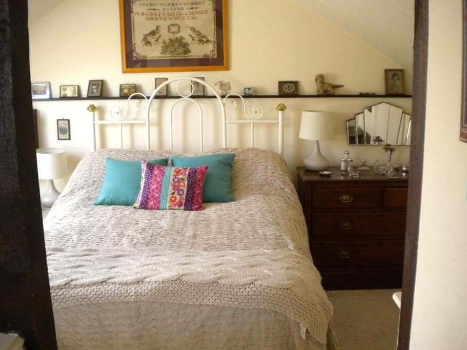 Attic room in just outside Dartington Totnes - Dartington - Huis