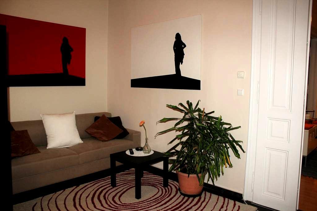 A bed, a bar and Bruce Willis. - Vienna - Leilighet