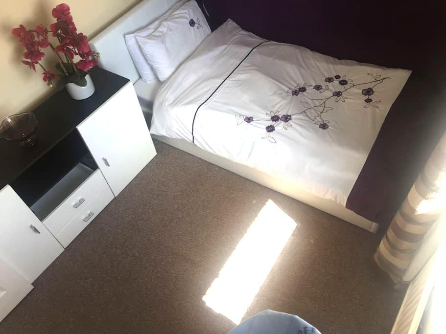 Relaxing in comfort - Single room - Frimley - Hus