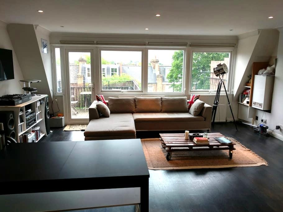 Bright Penthouse & Roof Terrace - London