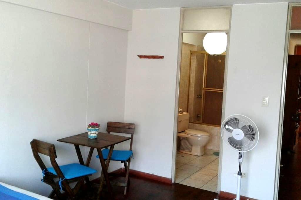 Large bedroom & ensuite bathroom in Miraflores - Miraflores - Byt
