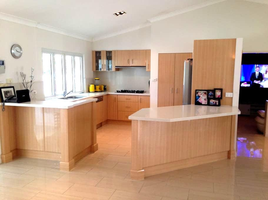 Luxury 4 Bedroom Home 6 People - Mooroobool - House