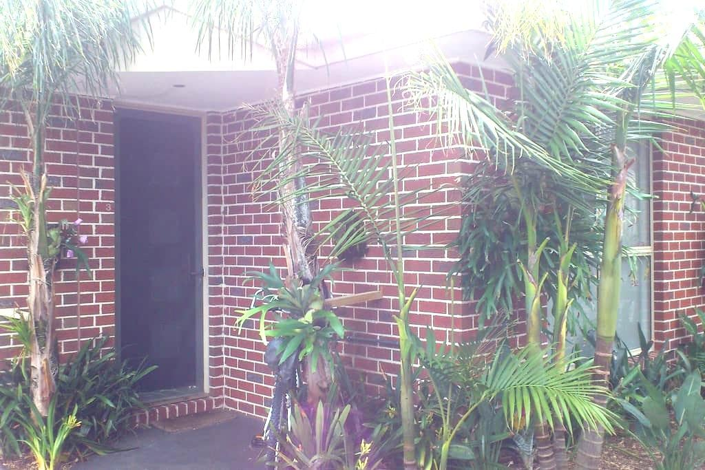 Private room with ensuite and walk in robe. - Carrum - Apartment