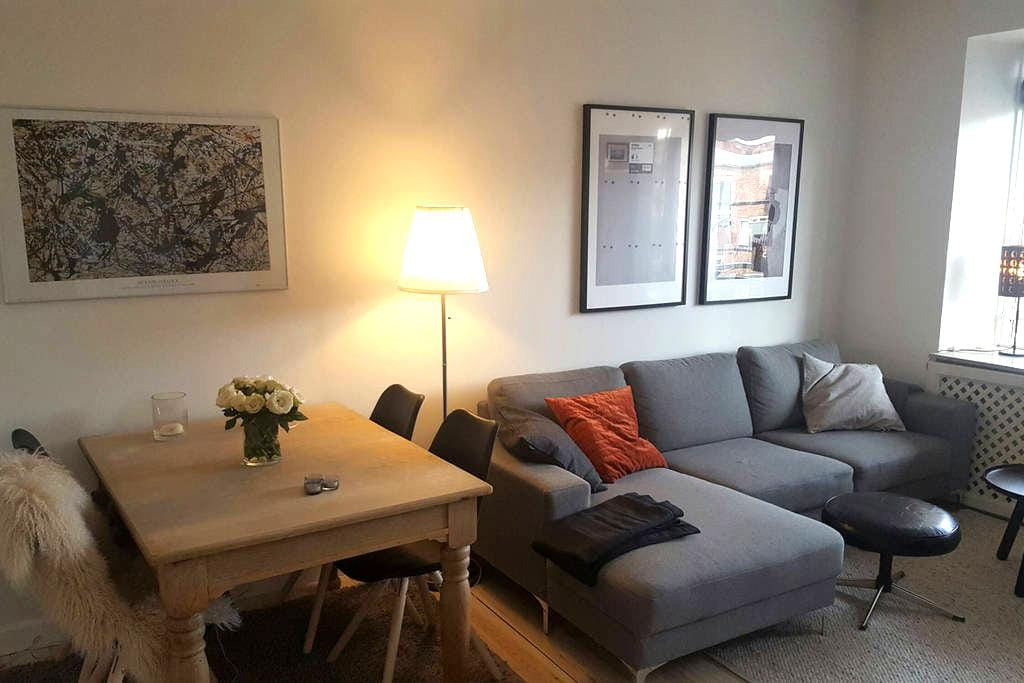 Modern and central apartment with a warm feel - København - Lejlighed
