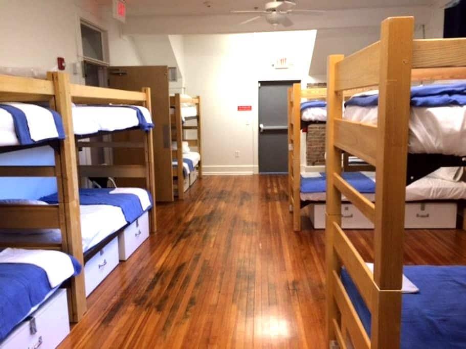 Single Bed in Men's Dorm-Firehouse Hostel & Museum - Little Rock - Vandrarhem