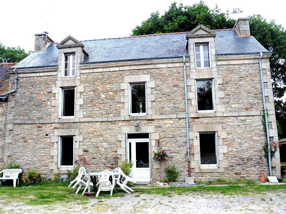 Chambre  pour une personne, lit de coin breton - Bignan - Dům