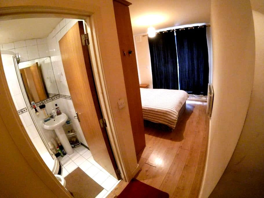 Double room with bathroom in a GREAT location - Dublin - Appartement