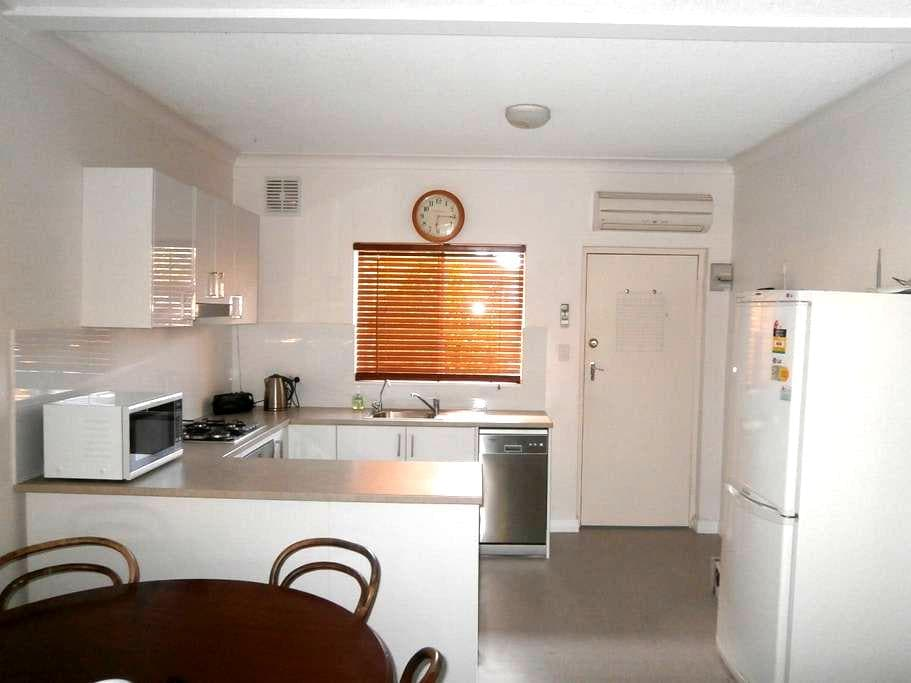 Clean and comfortable furnished 1 bedroom unit - Saint Peters - Leilighet