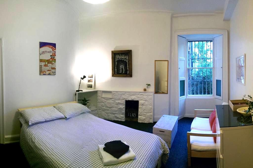 Large room in sunny main door flat in city centre - Edimburg - Pis