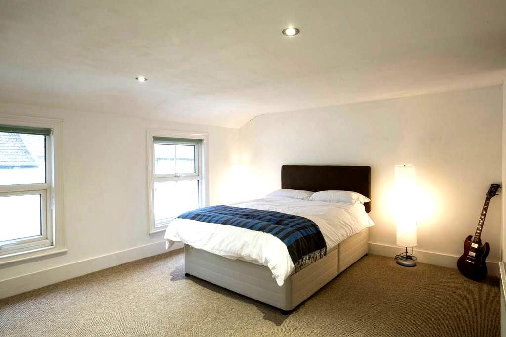 Large double bedroom in Folkestone. - Folkestone - Hus