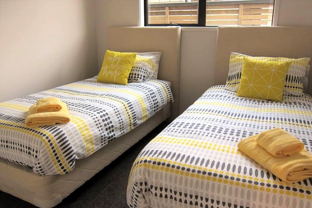 Twin room in a warm brand new house - Otago - Talo