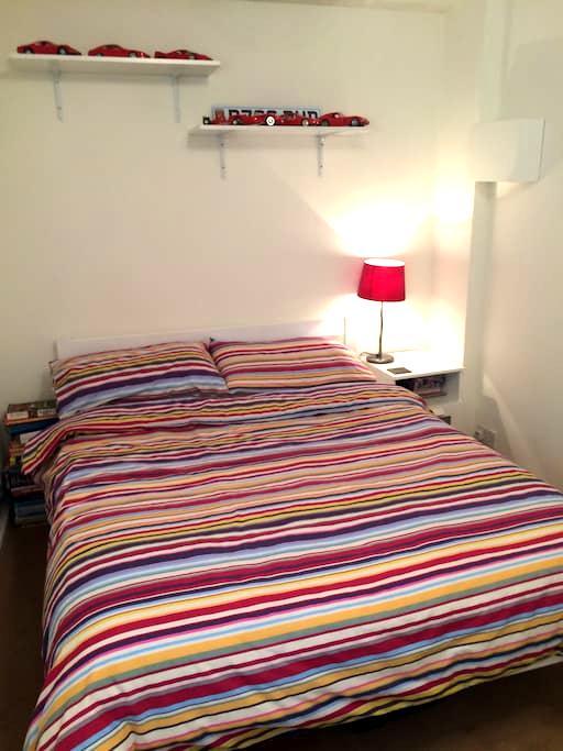 Double room in quiet cul de sac - Alton - Hus