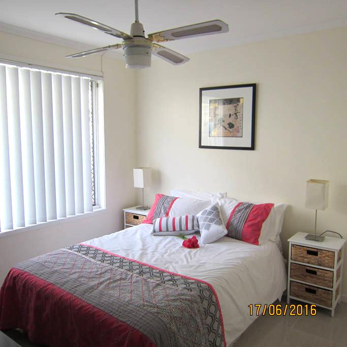 Central location with use of pool - Robina