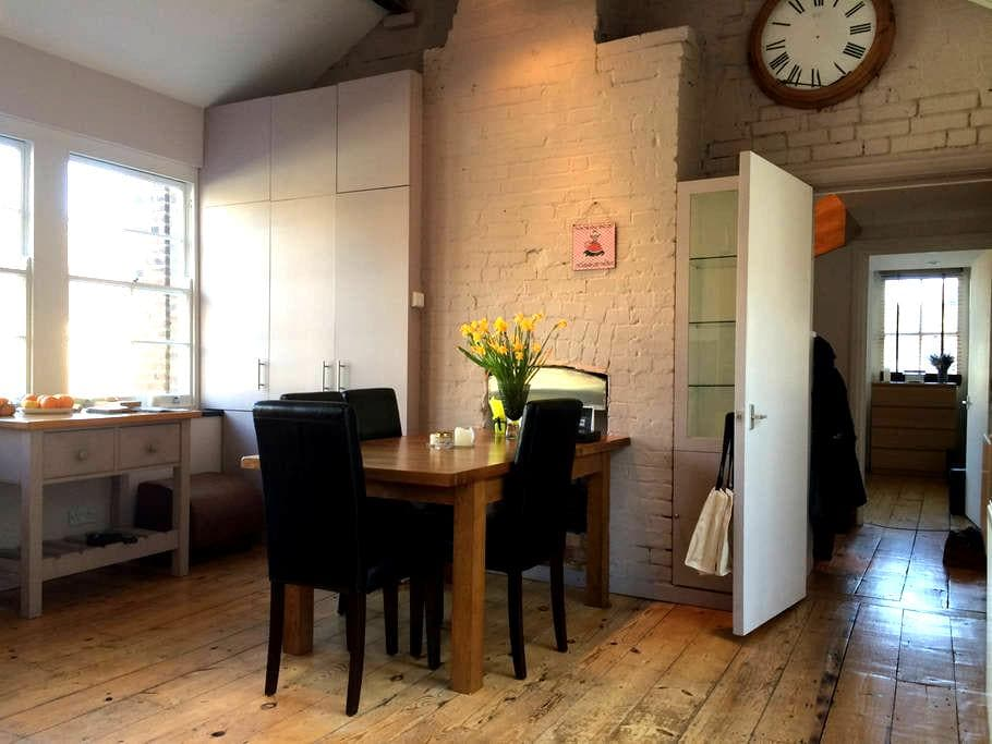 sunny flat next to flower market! - London