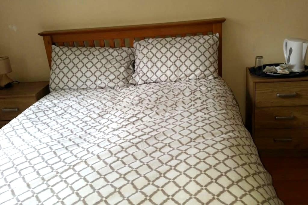 (6) Double room with en suite 25min from Edinburgh - Rosyth - Gæstehus