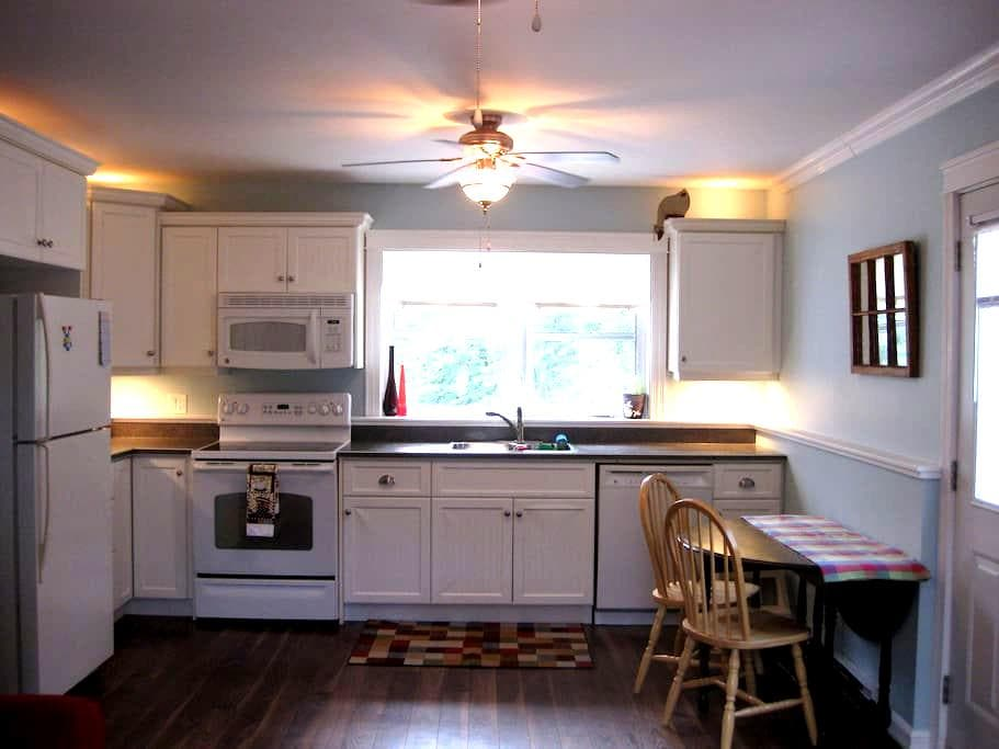 Private cottage like apartment in the city - Fredericton - Appartement