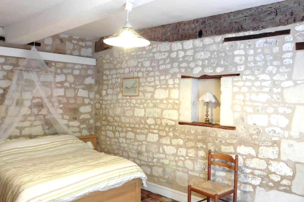 Chambre, petit village, sud de Fontevraud/Chinon - Vézières - Hus