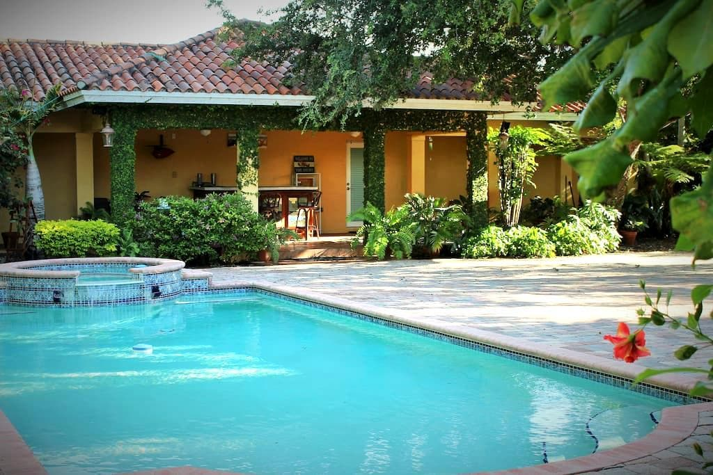 Tropical & Private Bungalow/Pool - Miami Springs - (ukendt)