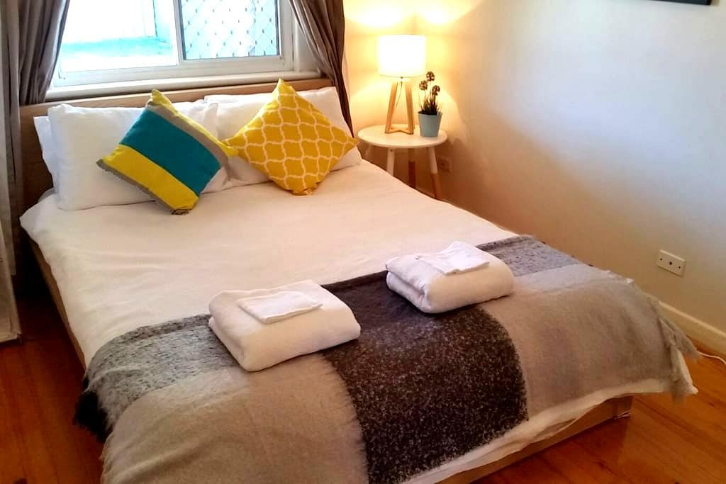 Cozy place near city, beach and airport - Glenelg North - Huis