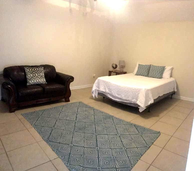 Private 1/1 Suite Across from Football Stadium - Gainesville - Guesthouse
