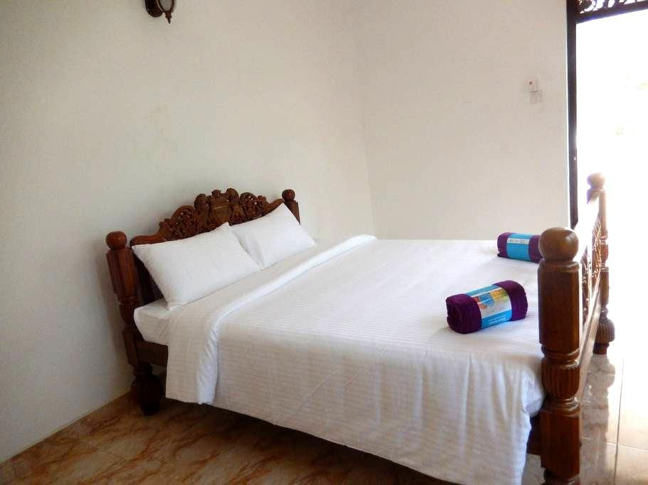 Deluxe ensuite Double with AC - Katunayake - Villa