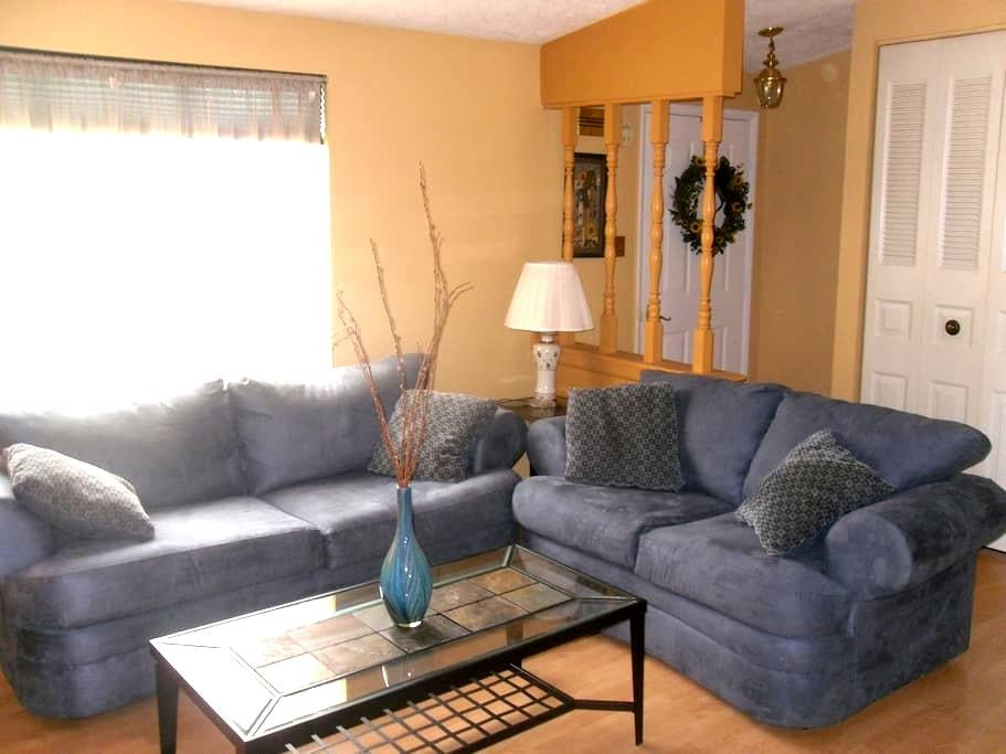 LOVELY FURNISHED SINGLE FAMILY HOME - McKees Rocks - House