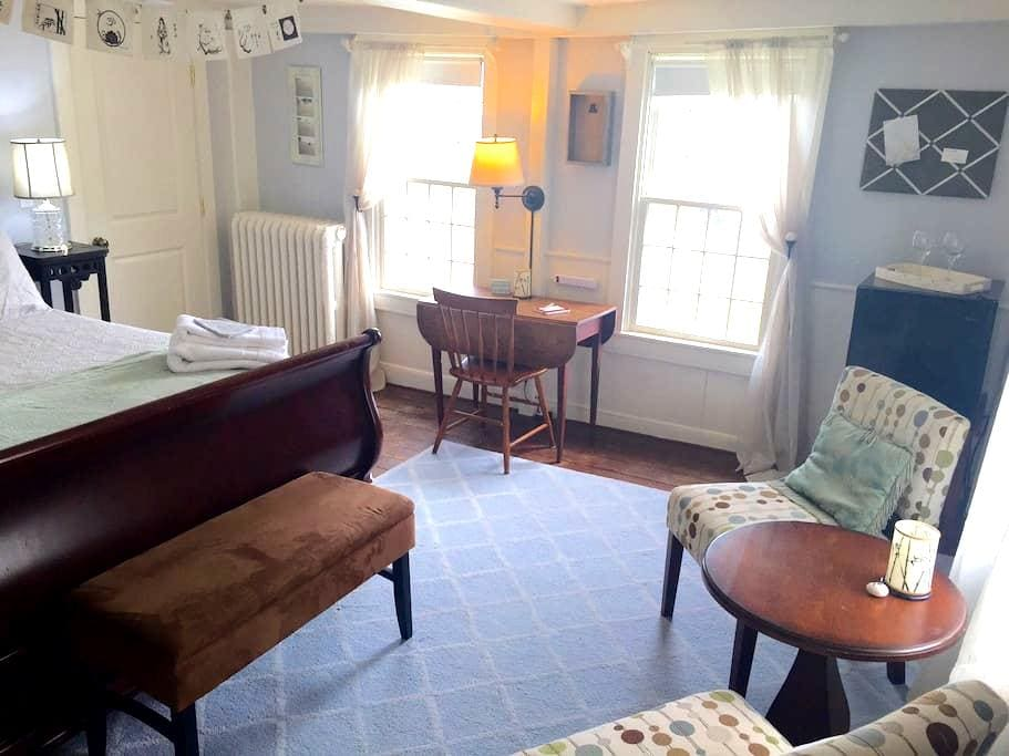 Bed & Bath w/Harbor View- Downtown! - Tisbury