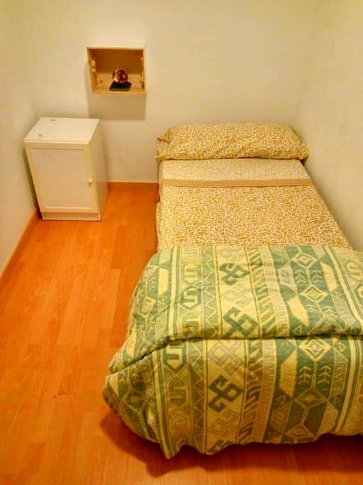 A nice room, 10 minuts of the center by metro. - Barcelona - Huoneisto