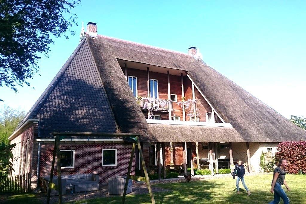 Sfeervolle en ruime woonboerderij Friesland - Sondel - Huis