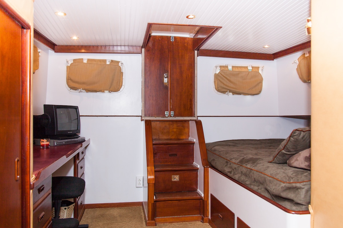 Vacation aboard a 52' yacht