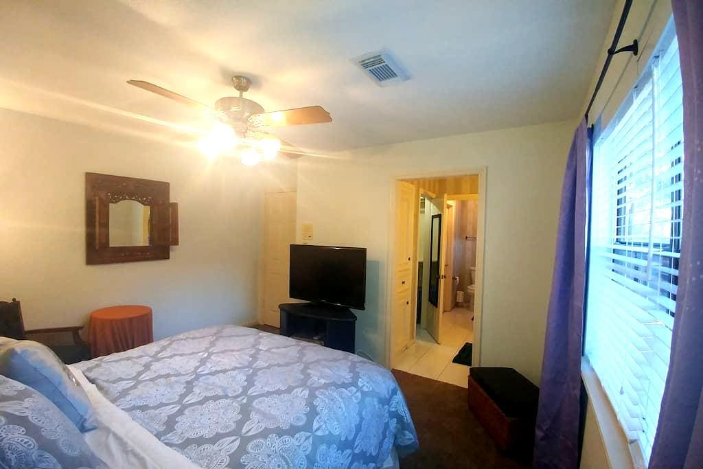 Comfy Suburban Rm/Queen Bed, w/Private Bath,Wifi - Katy - Casa