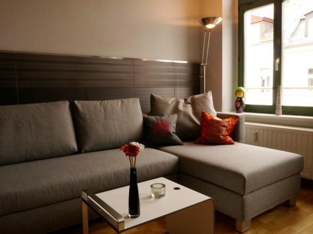 Gemütliche Sitzecke. Das Ecksofa kann zu einem Gästebett von 140x200cm ausgezogen werden.