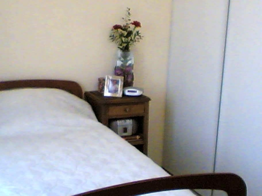 Chambre accessible aux perso. Handi -  La Neuville-en-Tourne-à-Fuy - Hus