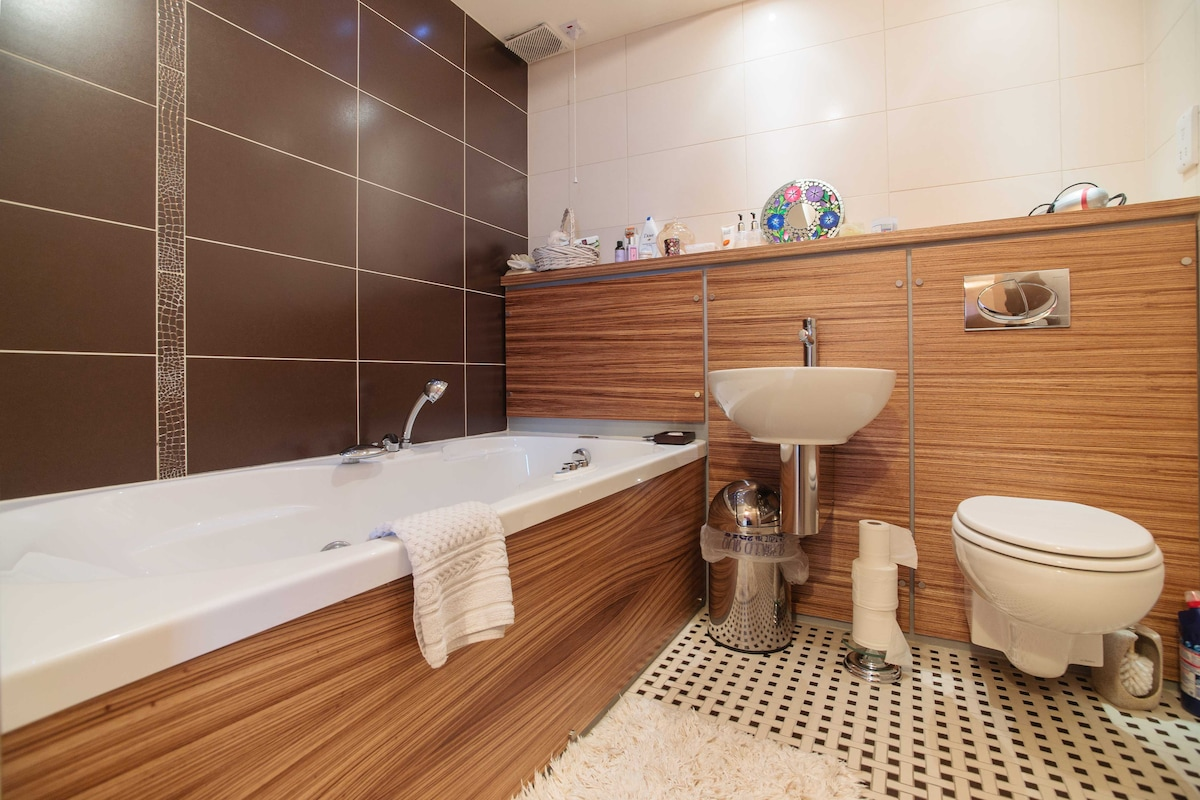 Second bathroom with jacuzzi