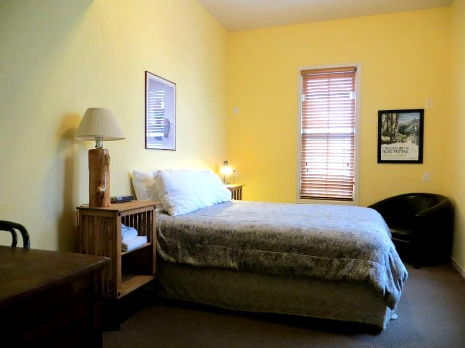 Private Queen Room at the CB Hostel in TOWN! - Crested Butte - Appartement