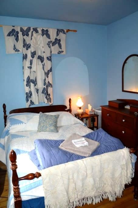 Cosy Room, private bath in central art-filled home - Kitchener - House