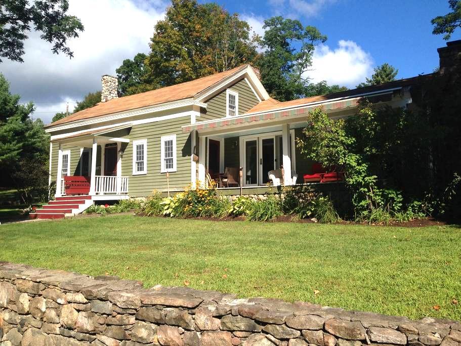 Lake George, NY - 1804 Farmhouse and Bunkhouse! - Bolton - Hus