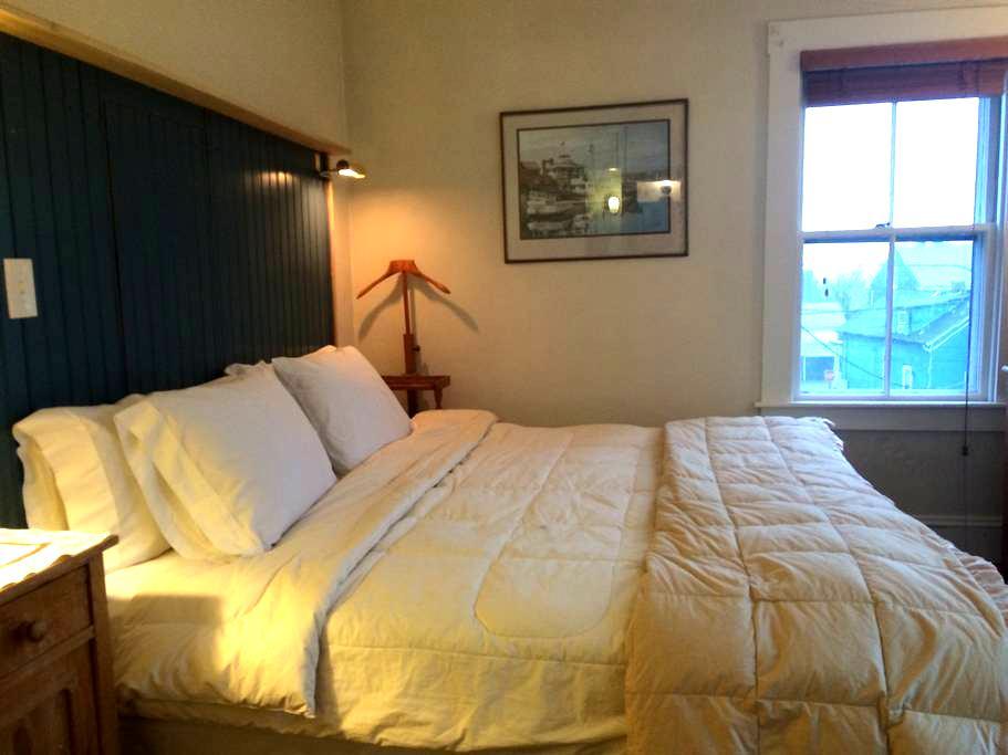 Newport RI King Bed Private Bath - Newport - House