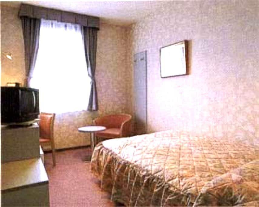 幅140センチのセミダブルベッドで、ゆったりできます。 - Chikuma