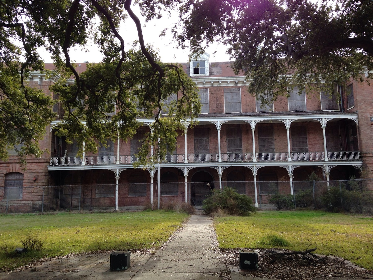 Former Holy Cross School, surrounded by oak trees, is right behind us. Enjoy walking through the grounds and admiring classic New Orleans architecture.