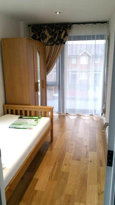 Modern high standard single room with balcony - London - Apartemen