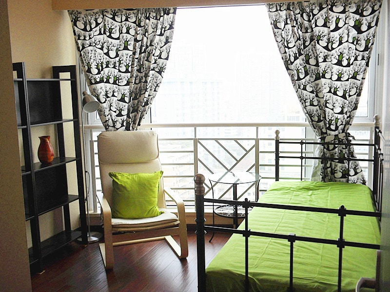 Study room/bedroom 2: Green spring color brings out a good mood; a quite place to have a cup of coffee or tea while working. 清新书房:那一抹亮丽的绿色,总会带来春天般的好心情,一杯咖啡或清茶,一本游记,或坐或卧,远眺窗外让思绪尽情飞扬。