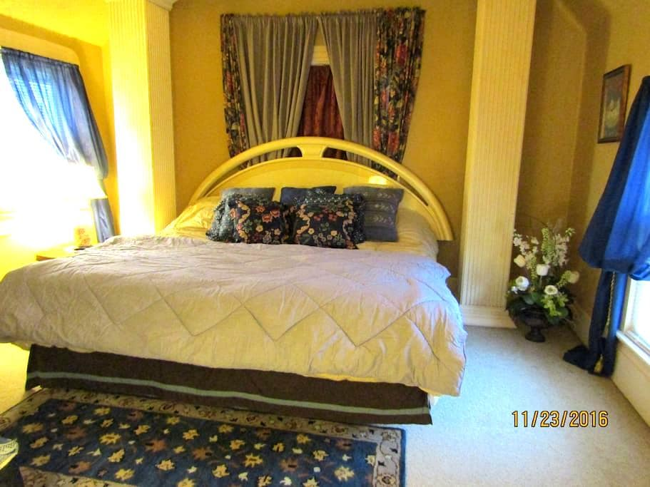 PRIVATE ROOM---15 Minutes from Cleveland Airport-U - Strongsville - Huis