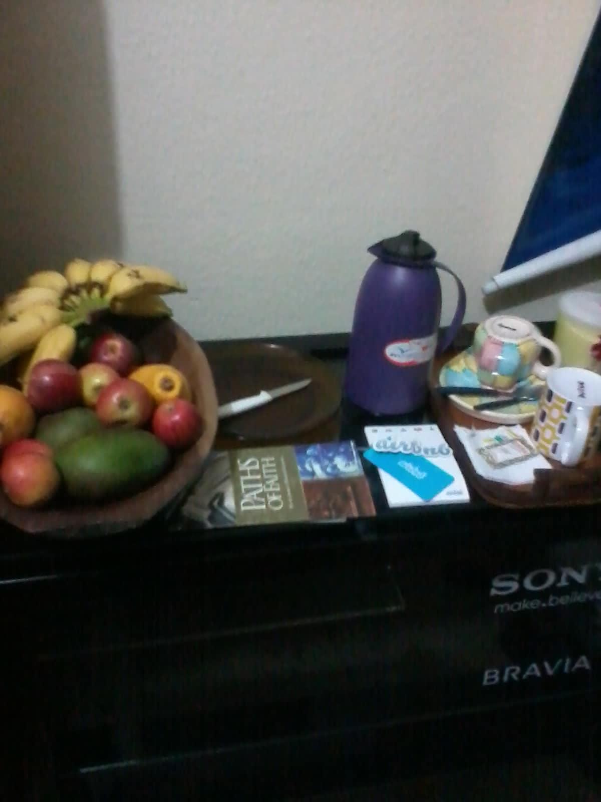 Café e frutas do lanche para 4 pessoas