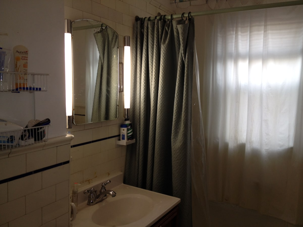 Shared bathroom, clean and healthy, 24/7 hot water supply available