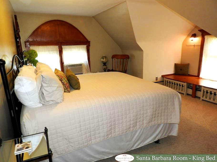 King Bed With Private Whirlpool Tub - Champaign - Bed & Breakfast