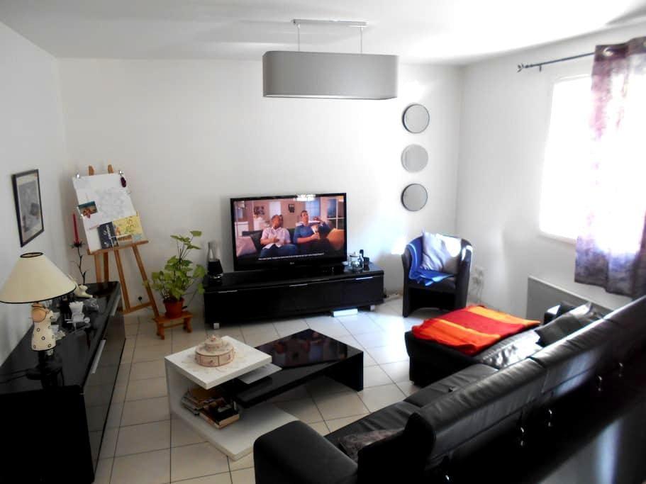 Chambre indépendante + accès à toutes les pièces - Beaujeu - Apartamento