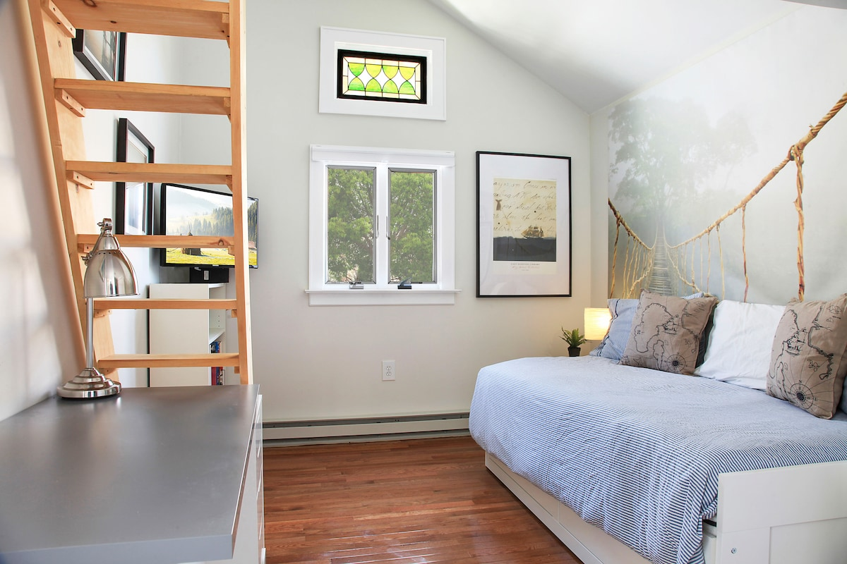 front bedroom showing daybed