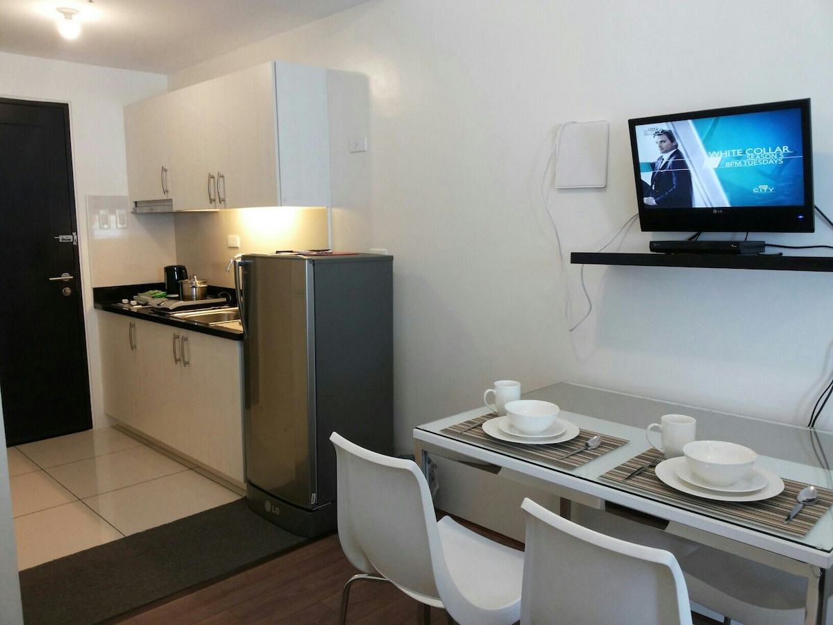 Dining, kitchenette area and led television with local shows in DIGITAL CLARITY