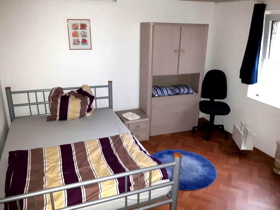 Kleines süßes Zimmer sucht Gäste zum Übernachten! - Oberhausen - House